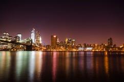 Horizonte de New York City por noche. Fotos de archivo libres de regalías