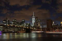 Horizonte de New York City por noche Foto de archivo libre de regalías