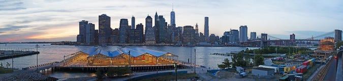 Horizonte de New York City visto puente de Brooklyn, Brooklyn, East River, rascacielos, puesta del sol, luces, visión panorámica Imagen de archivo libre de regalías