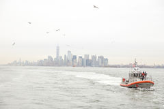 Horizonte de New York City y bote patrulla del guardacostas de los E.E.U.U. Imagenes de archivo