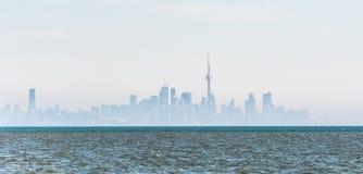 Horizonte de niebla de la ciudad de Toronto en el lago Ontario Imagen de archivo
