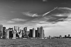 Horizonte de Nueva York blanco y negro imagen de archivo libre de regalías