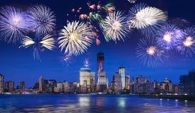 Horizonte de Nueva York con los fuegos artificiales Imágenes de archivo libres de regalías