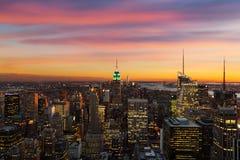 Horizonte de Nueva York durante puesta del sol Foto de archivo libre de regalías
