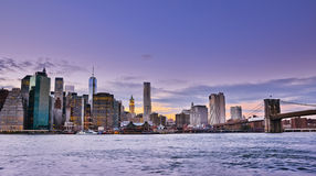 Horizonte de Nueva York en el crepúsculo imagenes de archivo