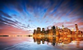 Horizonte de Nueva York en el crepúsculo foto de archivo