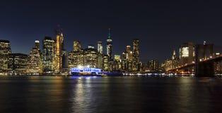 Horizonte de Nueva York en la noche imagen de archivo libre de regalías