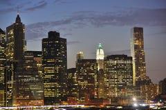 Horizonte de Nueva York en la noche Imágenes de archivo libres de regalías
