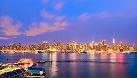 Horizonte de Nueva York en la noche imagenes de archivo