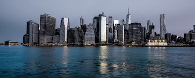 Horizonte de Nueva York en la noche con la reflexión del agua Imagenes de archivo