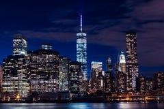 Horizonte de Nueva York en la noche en Manhattan imagen de archivo libre de regalías