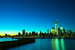 Horizonte de Nueva York en la noche, los E.E.U.U. Fotos de archivo