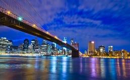 Horizonte de Nueva York en la noche, los E.E.U.U. Foto de archivo libre de regalías