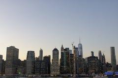 Horizonte de Nueva York en la noche de la puesta del sol imagen de archivo