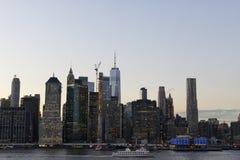 Horizonte de Nueva York en la noche de la puesta del sol imagen de archivo libre de regalías