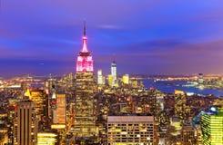 Horizonte de Nueva York en la oscuridad imagenes de archivo