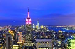 Horizonte de Nueva York en la oscuridad fotos de archivo libres de regalías