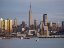 Horizonte de NY en la oscuridad Foto de archivo libre de regalías