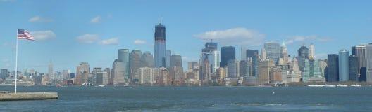 Horizonte de NYC con el indicador americano Imagen de archivo libre de regalías