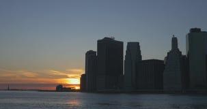 Horizonte de NYC y estatua de la libertad en la puesta del sol metrajes