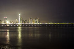 Horizonte de Panamá en la noche Imagenes de archivo