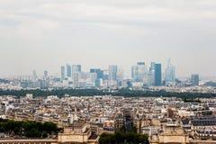 Horizonte de París con la defensa del La en el fondo Fotos de archivo