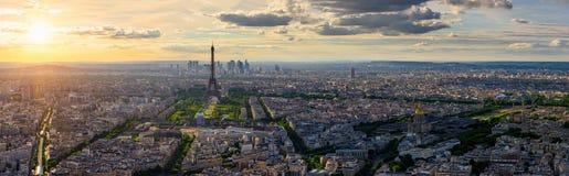 Horizonte de París con la torre Eiffel en París foto de archivo
