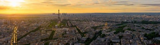 Horizonte de París con la torre Eiffel en París, Francia imagenes de archivo