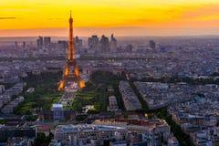 Horizonte de París con la torre Eiffel en la puesta del sol en París fotos de archivo