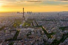 Horizonte de París con la torre Eiffel en la puesta del sol en París fotos de archivo libres de regalías