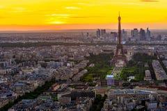 Horizonte de París con la torre Eiffel en la puesta del sol en París fotografía de archivo libre de regalías