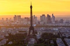 Horizonte de París con la torre Eiffel en la puesta del sol en París imagenes de archivo