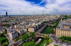 Horizonte de París con la torre Eiffel y de río Sena en París foto de archivo libre de regalías