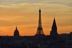 Horizonte de París después de la puesta del sol fotos de archivo