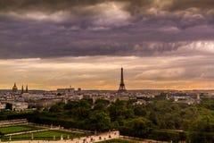 Horizonte de París en la puesta del sol de Ferris Wheel Imagenes de archivo