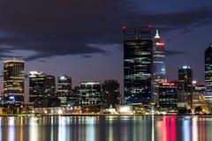 Horizonte de Perth de enfrente del río del cisne Foto de archivo