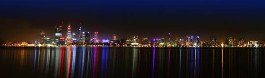 Horizonte de Perth en la noche Fotos de archivo