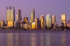 Horizonte de Perth en la noche en Australia occidental fotos de archivo libres de regalías