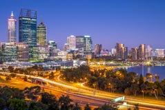 Horizonte de Perth en la noche en Australia occidental imagen de archivo libre de regalías