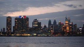 Horizonte de Philadelphia céntrica, Pennsylvania en el río Delaware metrajes