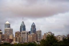 Horizonte de Philadelphia con el cielo nublado en la oscuridad Foto de archivo libre de regalías