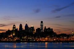 Horizonte de Philadelphia en el crepúsculo, visión amplia Foto de archivo