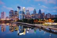 Horizonte de Philadelphia en la noche Foto de archivo