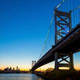Horizonte de Philadelphia en la puesta del sol Fotos de archivo libres de regalías
