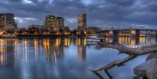 Horizonte de Portland Oregon con el puente de Morrison Imágenes de archivo libres de regalías