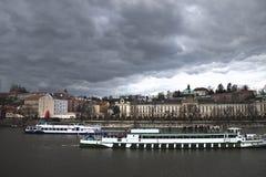 Horizonte de Praga antes de la tempestad de truenos. Europa vieja Foto de archivo
