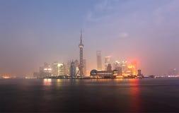 Horizonte de Pudong en la noche Foto de archivo libre de regalías