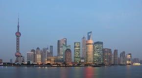 Horizonte de Pudong en la oscuridad Imagen de archivo