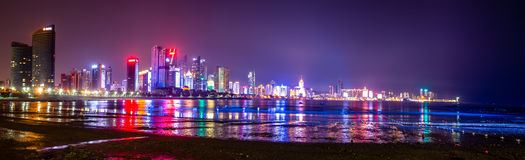 Horizonte de Qingdao en la noche, Shandong, China Foto de archivo libre de regalías