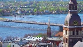 Horizonte de Riga, Letonia Vista aérea de Riga Opinión del panorama en Riga de la torre de la iglesia del ` s de San Pedro, Leton metrajes